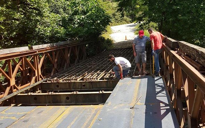 Άρτα: Εργασίες συντήρησης στη γέφυρα μπέλεϋ στον οικισμό «Γρέβια»