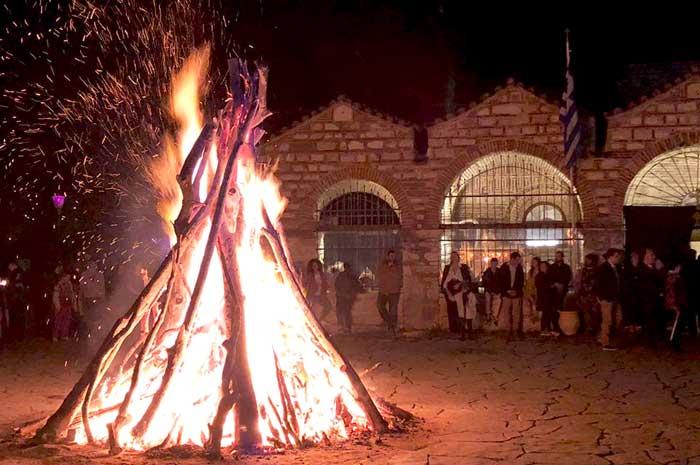Αρτα: Αναβίωσε και φέτος το έθιμο της Μεγάλης Φωτιάς
