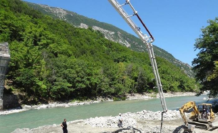 Άρτα: Στήνεται το γεφύρι της Πλάκας