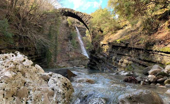 Άρτα: Επισκέψιμο στο ευρύ κοινό το ιστορικό πέτρινο γεφύρι «Καμάρα» στη Μεγαλόχαρη Άρτας