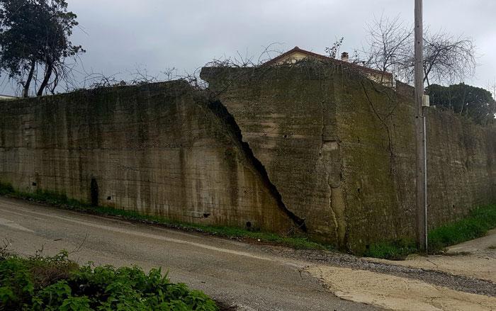 Άρτα: Δήμος Γ. Καραϊσκάκη - Καθαίρεση και ανακατασκευή επικίνδυνου τοίχου